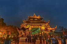 今天国庆节和姐姐去都江堰景区逛了逛,虽然不是第一次晚上去,但是拍照是第一次。给大家介绍一下我的家乡,