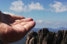 三青山,奇峰连绵风景如仙境一般,人在山中走白云脚下飘。