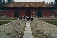 清西陵是我国清朝皇室陵墓群。其中泰陵的石牌坊,慕陵的金丝楠木殿,昌西陵的回音壁和和崇陵的地宫等等都是