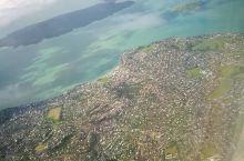 辗转12个小时直飞,终于抵达新西兰的奥克兰上空。奥克兰机场最出名的算是这个毛利人图腾吧,一定要记得留