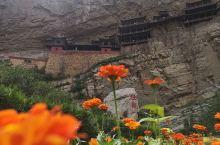 恒山悬空寺,位于山西省大同市浑源县北岳恒山的金龙峡。是我国现存时间最早并保存最完整的高空木构摩崖建筑