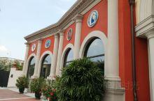 佛山,佛罗伦萨小镇,现在是一个名牌购物中心,里面建筑是以欧陆风情为主,一路可以拍照,逛街。中间有个大