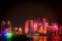 """青岛在五四广场、奥帆中心一带观看夜景已经成为一大亮点。这是18日看到的灯光秀。或许是为了庆祝召开""""跨"""