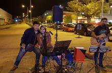马六甲波德申酒店外马来美女在弹唱。