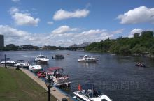 渥太华,加拿大首都。蓝天白云,绿树成荫,非常漂亮的一个地方。