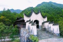 浙江的丽水,以廊桥、古镇文化为背景,庆元的廊桥为最多。而我对兰溪古桥尤为钟爱,外在的神韵,内在的精美