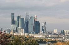 麻雀山观景台位于莫斯科西南部,毗邻莫斯科大学,占据了莫斯科的制高点,在苏联时期被称为列宁山。  这座