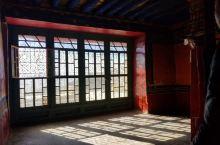 来到拉萨很多人必然打卡的地方,是布达拉宫和大小昭寺。 但在拉萨西郊的山坳的有座寺院哲蚌寺。是西藏最高