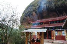 天台岩寺是一个在半山腰上的小寺庙,位于泰宁县西北,,寺庙大部分在岩洞内,并且出入的过道很是特别。