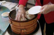 靖江本地朋友推荐的,当地最好吃的汤包馆。 虽然是破破的一栋楼,但是好多食客络绎不绝。点了加料的蟹黄汤