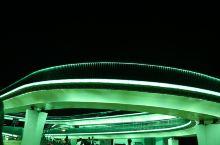 衢州的夜间人流量大户非它莫属了!这个俗称网红桥。意思是,晚上这有很多网红小哥哥小姐姐在这唱歌直播。当