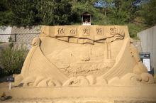 鸟取市海岸的东西长16公里,南北宽2.4公里的砂丘,是日本最大,经数万年日本海风浪的吹击而形成的。顺