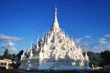 芒市最著名的景点孟焕大金塔、大银塔,站在大金塔门口看到游客太多,就选择去了大银塔,结果是令人意外的惊