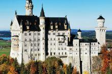 新天鹅城堡的建立者是巴伐利亚的一个国王,路德维希二世。这个国王无治世之才,却充满艺术气质。他亲自参与