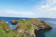 著名的卡里克空中索桥是北爱尔兰最惊险的景观之一,坐落于北安特里姆海岸上巴林托伊东部。索桥连接一个小岛