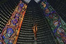 里约的天梯教堂是我去过的所有教堂中算是比较特别的一个了。75米高的中空梯形建筑很是惊艳,阳光透过四面
