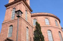 法兰克福的圣保罗教堂建于1833年,该建筑风格为德国不太常见的古典主义风格,同时也是一座非常富有政治