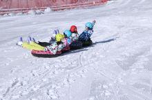 现在正是横冲滑雪的当季,雪场初级道大气上档次,中级道今年建成开放,还有雪圈道,适合各类人群游玩,我已