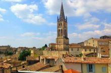圣埃美隆镇在波尔多东北方35公里处,位于多尔多涅河的右岸。大约公元2世纪,罗马人开始在这里种植葡萄。