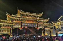 彝人古镇,腊八节出差到楚雄。饭后跟着同事来逛古城,人山人海,热闹非凡。中国最出名的活动必须是广场舞了