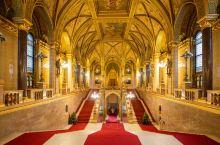 布达佩斯最美建筑…在布达佩斯不论是白天或是黑夜,多瑙河畔最为引人注目的建筑莫过于辉煌巍峨的国会大厦,