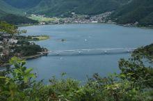 河口湖是富士山五湖中海拔最低的一个,也是第二大湖。湖面非常开阔,湖岸蜿蜒旖旎,夏天有些晒,但这里的植