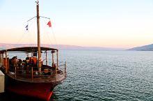 秀美的加利利湖。以色列东北部多是绵延的山地,虽不甚巍峨,却林木葱茏。山脚下一泓湛蓝的湖水,泛着粼粼波