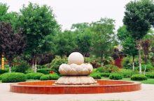 包公祠是为纪念中国古代著名清官包拯,而恢复重建的一组仿宋风格的古建筑群。景点虽小,但胜在文化气息浓厚