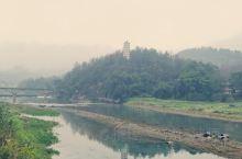 榕江县城,很美的一座小县城,也很富裕。超市商品琳琅满目,各种风味餐厅也很多。三江交汇,江边很美,鼓楼