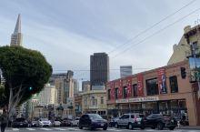 """好书是炸药,可以瞬间让你的情绪被动……  这里是世界著名的旧金山""""城市之光"""",一个独立的书店和出版商"""