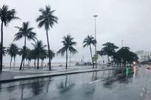 从街上碎石地面可以明显看出,巴西原为葡萄牙殖民地,里约海滩的人行道是用黑色和白色的石子铺成的两种对比