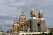 马赛主教座堂 是一座罗马天主教的主教座堂,法国历史古迹,1896年封为宗座圣殿。教堂修建于1852年