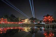 在黄姚古镇的夜晚,不醉不归 夜晚的黄姚古镇,千年的古建筑被红灯笼装点,煞是好看。和白天的古朴小镇不同