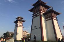 """""""水城·三国小镇""""依托五丈原三国文化底蕴和优势资源,着力打造全国最大的三国文化体验地。景区集三国文化"""