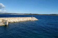 沿着长长的海岸线,我乘船一路走进地中海的心脏马耳他戈佐岛。 没有蓝窗的马耳他依旧美得动人,呼吸着大海