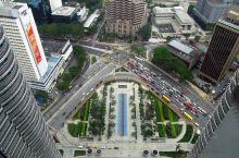 亚州及世界第一高楼,双子塔,又叫石油塔。位于东南亚马来西亚的首都吉隆坡,该塔一百多米高,共88层。吸