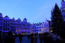 惊艳的音乐灯光秀(一) 夜幕降临,比利时布鲁塞尔大广场上人头攒动。居然随着音乐的奏响,广场四周的灯光