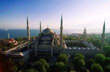 航拍千年古城-伊斯坦布尔之醉美蓝色清真寺 在伊斯坦布尔,两大地标式建筑的地位真是难分伯仲,一座是圣索