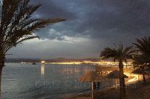 我发现国外很多地方的酒店都非常漂亮,这一家尤其美,泳池的灯光效果很好,还能直接到海滩边散步,沙滩很长