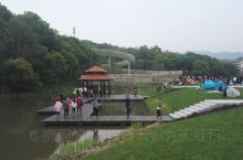 磨盘山森林公园位于南昌湾里区中心地带,磨盘山公园在近岭秀湖旁建有AI乐道。乐道蜿蜒,叠翠群峰,盘旋辗