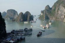 下龙湾,是越南北部湾的海湾,山海秀丽,景色酷似桂林山水,为旅游胜地,1994年联合国教科文组织将下龙