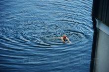 这位大叔在自家房前水中裸泳