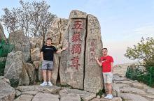 五岳独尊 是泰山风景区中最著名的一个石碑了。很多人爬到泰山顶上,都会去和五岳独尊碑拍一下合照。我跟大