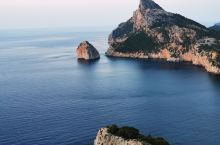 马略卡岛在西班牙帕尔马,是一个天堂般的地方,海滩很美,海水有绿色到蓝色层次丰富,还有灯塔是最美的看日
