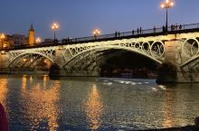 西班牙塞维利亚河边的落日。夏日夜晚在河边乘凉,徐风阵阵,还有桥上艺人的吉他声,悠闲又美丽。