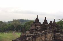 日惹山丘上的佛寺婆罗浮屠。沧桑古老而神秘,这里充满了传奇是一座屹立在山丘上向世人诠析着佛教不朽历史的