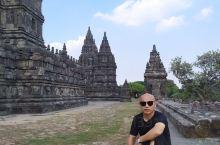 印度尼西亚日惹的两个遗址,尖顶的是印度教风格普南巴南,另一个是平台型佛塔婆罗浮屠,去到日惹必看的景点