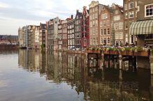 """阿姆斯特丹的运河总长度超过100公里,拥有大约90座岛屿和1,500座桥梁,使得该市被称为""""北方的威"""
