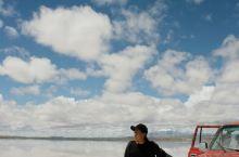 乌尤尼盐湖有各种乘坐物。第一是丰田的4WD霸道。第二是老式火车。这辆已经是隐退的一辆。在宏大的蓝天白