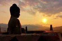 婆罗浮屠的日落。在列入世界遗产名录的佛教圣殿看日落或日出是日惹游的最重要项目。相比较日落前容易预计天
